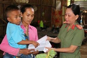 Công an Trà Vinh thăm, tặng quà gia đình có con mắc bệnh hiểm nghèo