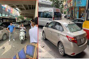 Sau va chạm giao thông, người phụ nữ đi xe máy cầm gạch ném vỡ kính xe ô tô