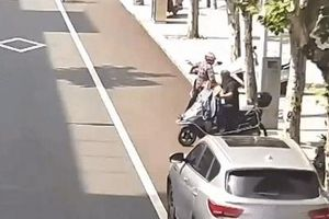 Tài xế quên kéo phanh tay, ôtô trôi tự do cán 2 người đi xe máy