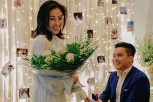 MC Liêu Hà Trinh được bạn trai quỳ gối cầu hôn lãng mạn