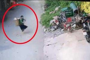 Clip: Nhờ 'thần linh' mách bảo, người phụ nữ nhanh chân chạy thoát khỏi đầu xe tải trong tích tắc
