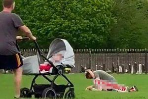 Rủ nhau ra công viên 'hành sự', cặp nam nữ gây sốc khi thản nhiên làm chuyện người lớn dù xung quanh có rất nhiều trẻ em