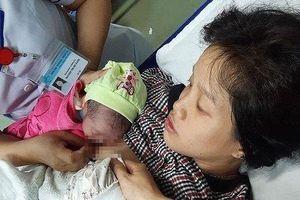Hy hữu: Sản phụ mang song thai sinh con trong... nhà vệ sinh ở Quảng Nam
