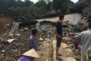 Sơn La: Xe đầu kéo mất lái lao xuống ruộng, 3 người bị thương nặng