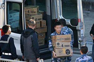 Thủy thủ Trung Quốc khuân sữa Australia lên tàu chiến