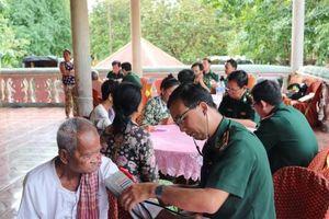 6.000 lượt người Campuchia được chăm sóc sức khỏe nhờ mô hình kết nghĩa cụm dân cư biên giới