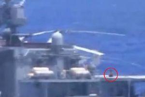 Thủy thủ Nga tắm nắng trên boong khi tàu chiến suýt bị tàu Mỹ va phải