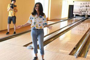Selena Gomez 'phát tướng', cười tươi khi chơi bowling từ thiện