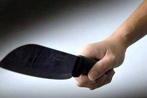 Đau lòng: Cha 80 tuổi dùng dao 'dạy' con trai