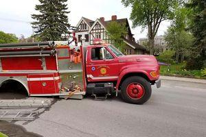 Đang chạy, xe cứu hỏa rơi cả trục bánh xe ra đường