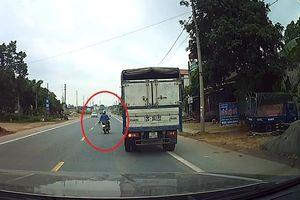 Sang đường không quan sát, xe máy suýt gây họa cho ôtô