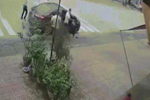 Bị hành hung, người phụ nữ lao vào 'ăn thua' với 4 thanh niên