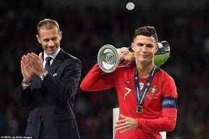 Biểu cảm 'khó đỡ' và 'lời mời gọi' của Ronaldo với đối thủ sau khi vô địch Nations League