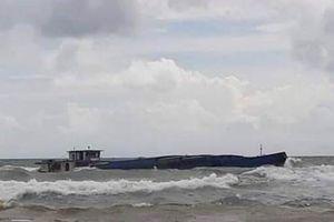 Lực lượng biên phòng cứu sống 3 thuyền viên trên sà lan chở đá bị chìm ở biển Phú Quốc