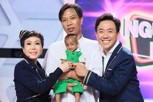 Việt Hương, Trấn Thành rơi nước mắt trước người thầy nhận nuôi cậu bé tí hon 60cm