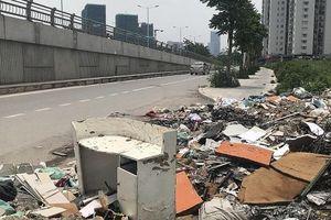 Rác thải dọc tuyến phố 8 làn xe ở Hà Nội