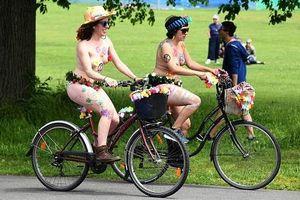 Khỏa thân diễu hành bằng xe đạp trên đường phố Anh