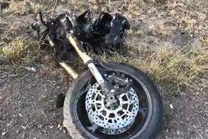 Mô tô đâm vào xe cảnh sát gãy đôi xe