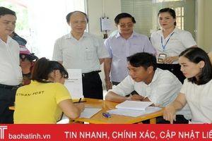 Người dân Hà Tĩnh vui khi đến bưu điện làm thủ tục, về nhà nhận giấy phép lái xe!