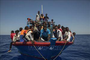 Tàu cứu hộ người di cư bị mắc kẹt ngoài khơi bờ biển Tunisia