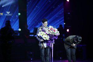 Ngọc Sơn bật khóc trên sân khấu sau 30 năm đi hát