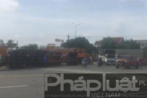 Bình Dương: Ôm cua xe container lật ngang đường, nhiều người hốt hoảng