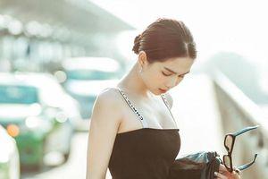 Ngọc Trinh copy y chang 'thánh sống Chanel' Jennie Black Pink set đồ đen tôn dáng