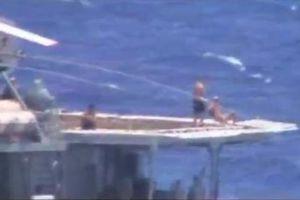 Thủy thủ tắm nắng khi tàu Nga-Mỹ chạm trán: Chuyện bình thường