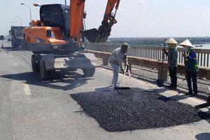 Vá hơn 1.800 m2 lớp thảm mặt cầu Thăng Long bị hư hỏng