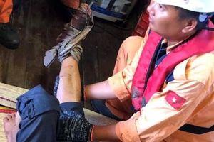 Điều tàu cứu nạn ngư dân bị dập nát chân trên biển