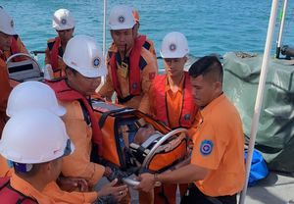 Cứu ngư dân bị dập nát bàn chân khi lao động trên biển