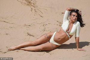 Jenny Thompson thả dáng sexy nảy nở trên biển