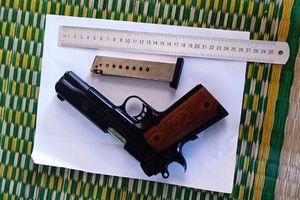 Dùng súng khống chế chủ nhà để cướp tài sản