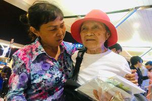 Mẹ Việt từ Mỹ về Việt Nam nghẹn ngào gặp lại con bỏ rơi 44 năm trước