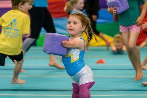 Nghị lực phi thường của bé gái cụt tứ chi trở thành vận động viên thể dục