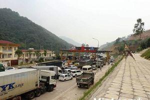 Dân chặn làn thu phí khiến trạm BOT Hòa Lạc-Hòa Bình ách tắc kéo dài