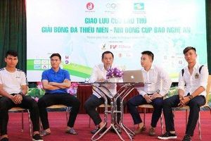 Phan Văn Đức hào hứng 'truyền lửa' cho các cầu thủ nhí trước khi ra sân sau chấn thương