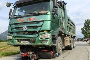 Điện Biên: Xe tải cuốn xe máy vào gầm, bé gái 1 tuổi tử vong thương tâm