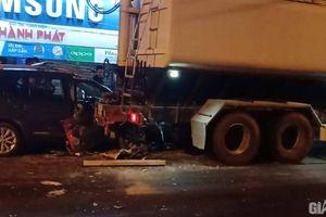 Ô tô con nát đầu sau cú đâm đuôi xe tải, 3 người nhập viện