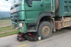 Con nhỏ tử vong, mẹ nguy kịch vì bị xe tải cuốn vào gầm kéo lê