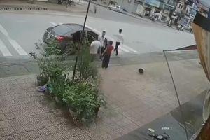 Bà già Thái Nguyên đuổi đánh 4 kẻ xăm trổ chạy trối chết