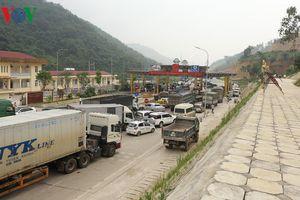 Dân chặn hết 6 làn xe, BOT Hòa Lạc - Hòa Bình lại 'thất thủ'