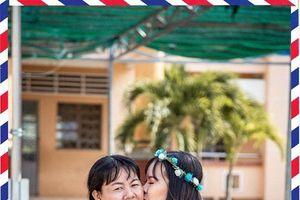 Hình ảnh học sinh Sóc Trăng hôn bố mẹ trong lễ tri ân khiến nhiều người nghẹn ngào