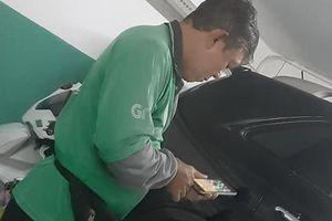 Dân mạng xôn xao câu chuyện 'chủ tịch' lái xe hơi tiền tỷ vào hầm, thay vest bằng áo Grab rồi lên đường chạy xe ôm?