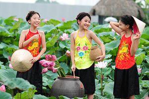 Hình ảnh thiếu nữ Hà thành nô nức chụp ảnh khoe sắc mùa sen nở