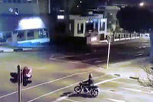 Dừng đèn đỏ, người lái xe máy lĩnh trọn cú đâm 'tử thần' ở Nam Phi