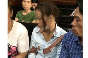 Người nhà bị hại đánh vợ bị cáo bất tỉnh ngay giữa sân tòa