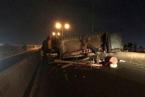 Trắng đêm xử lý sự cố xe tải lật trên cầu dây văng Phú Mỹ
