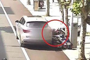 Tài xế bất cẩn để ô tô trôi tự do cán 2 người đi xe máy