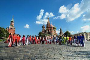 Chiêm ngưỡng 'Sắc màu Việt Nam' của NTK Minh Hạnh trình diễn tại Moskva